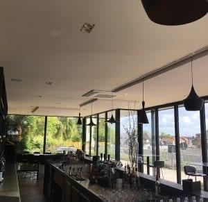 Akoestiek in cafés en restaurants verbeteren door akoestische plafondpanelen