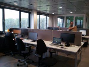 Akoestiek op kantoor verbeteren met akoestische bureauschermen