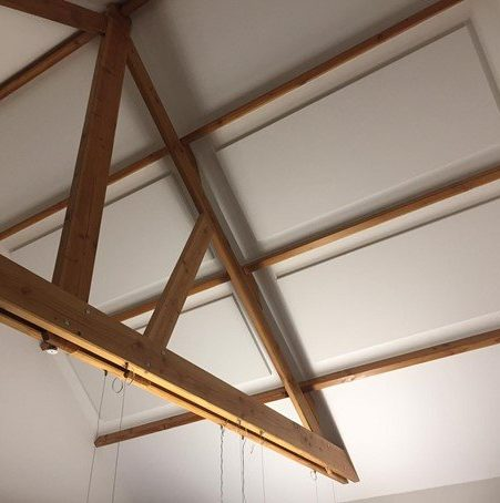 Akoestisch plafondpaneel bevestigd op schuine dakwand